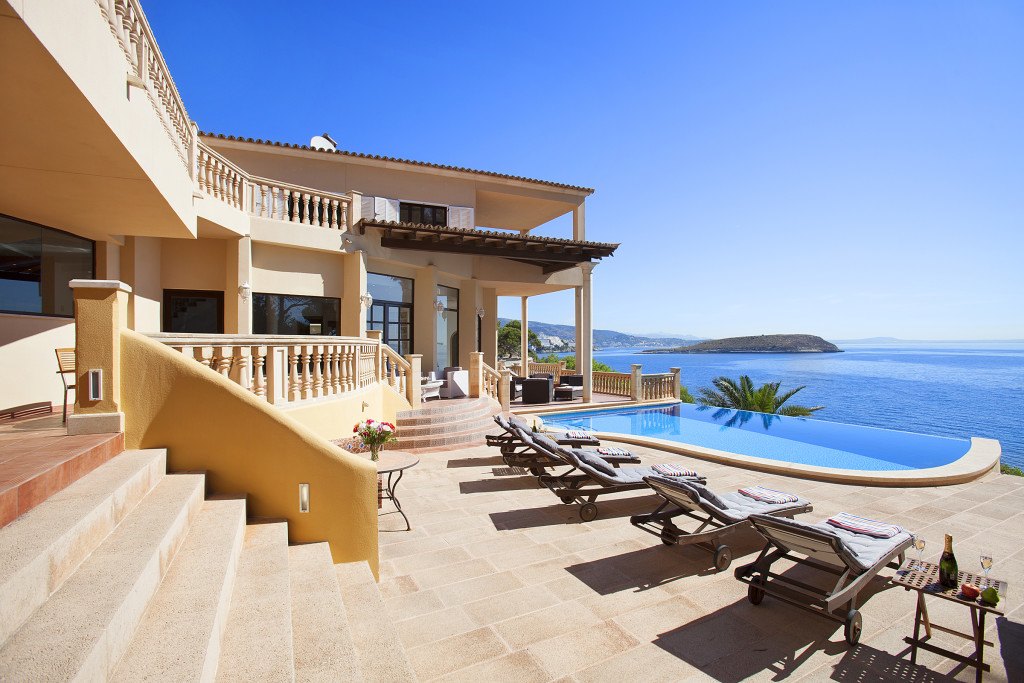 Sunloungers Pool and Sea